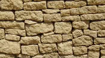 Vue d'un mur réalisé en pierre à bâtir.
